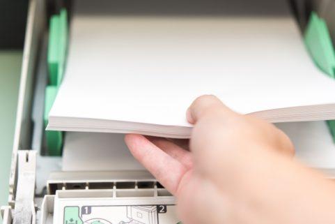 梅雨時期にコピー用紙が詰まりやすいのはなぜ?印刷のプロがその原因と対策を解明します。